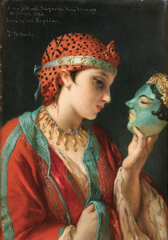 Ein junges Mädchen in orientalischer Kleidung hält eine Maske in der Hand und betrachtet sie nachdenklich